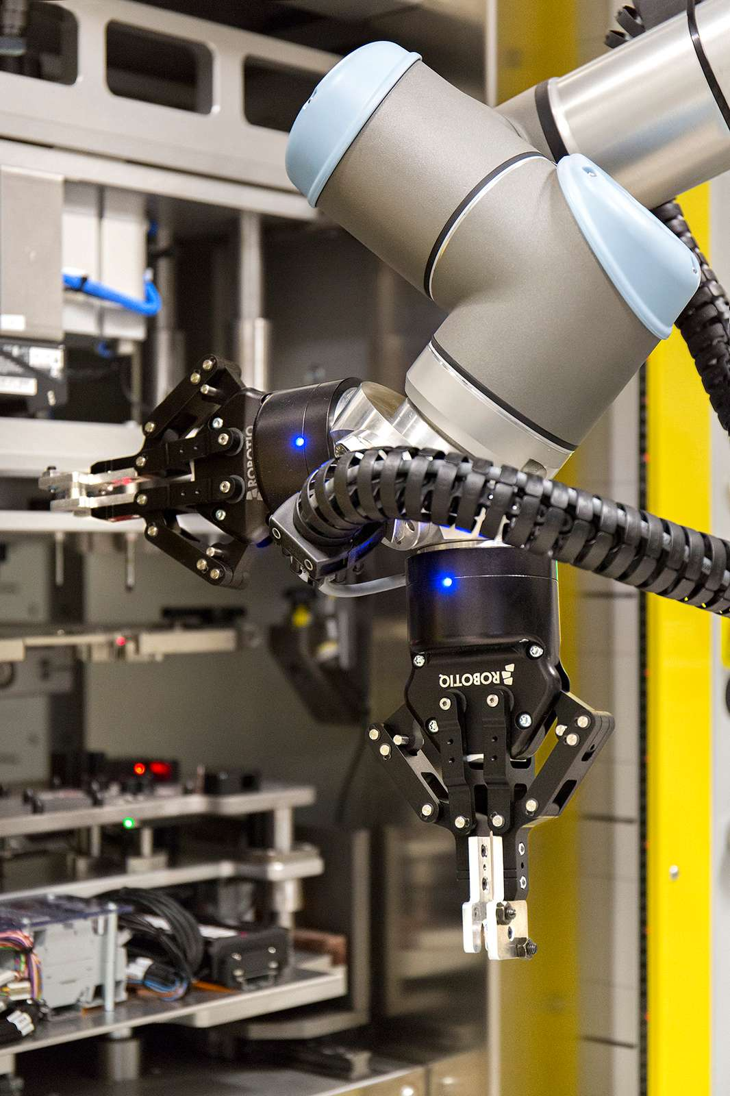 At Continental Automotive in Spain, UR robots equipped with dual grippers