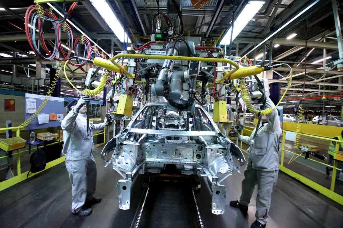 car-manufacturer-PSA-group-uses-Cobots