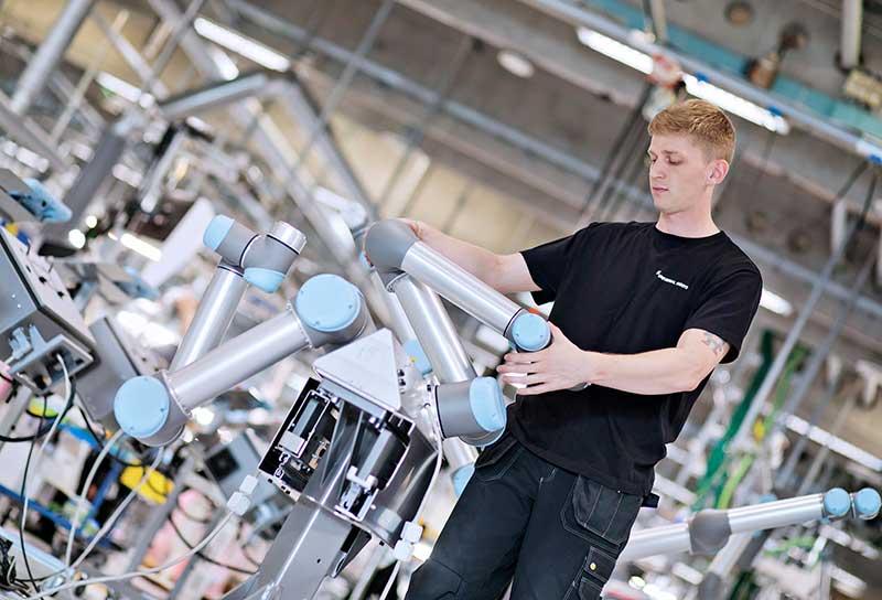 Ingenieurs-a-Universal-Robots-travaillant-pendant-Covid-19