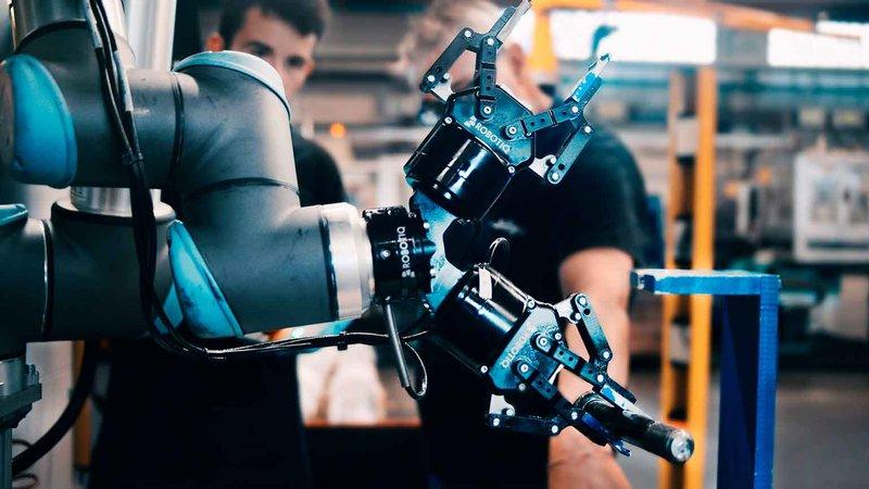 UR10_and-Robotiq_UR+_Solution_Adaptive_gripper_dual_CNC_Machine_Tending-800px
