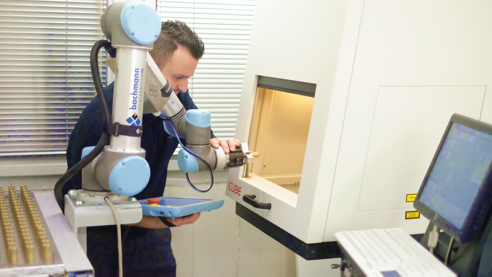 FME_UR5 bei der Maschinenbestückung