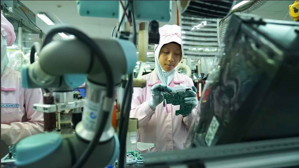 electronicts_automotive_empowered_by_collaborative_robots_indonesia