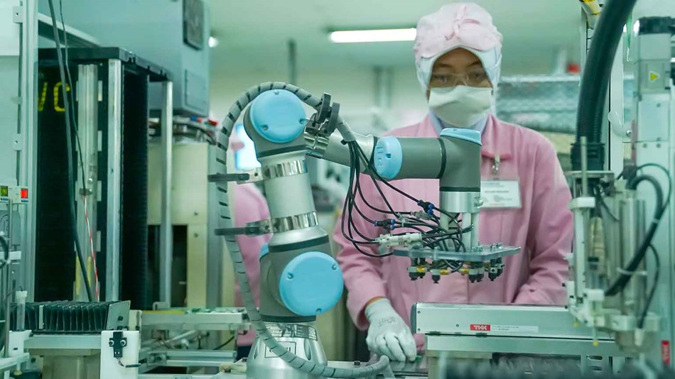 empowering_productivity_with_collaborative_robots_ur3_indonesia