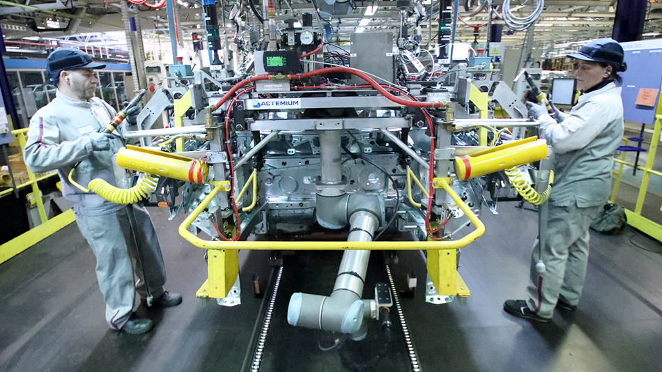 french_automotive_uses_collaborative_robots_for_screw_driving_and_assembly