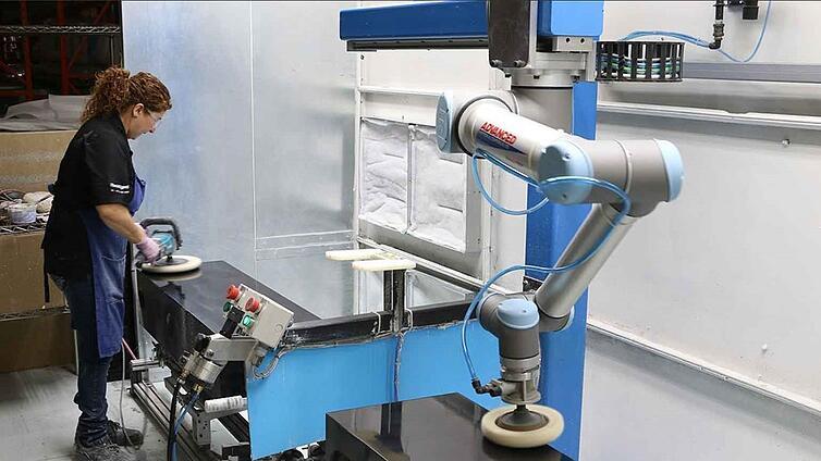 """UR10 sendo utilizado para polimento em uma fábrica, no artigo """"Indústria 5.0"""""""