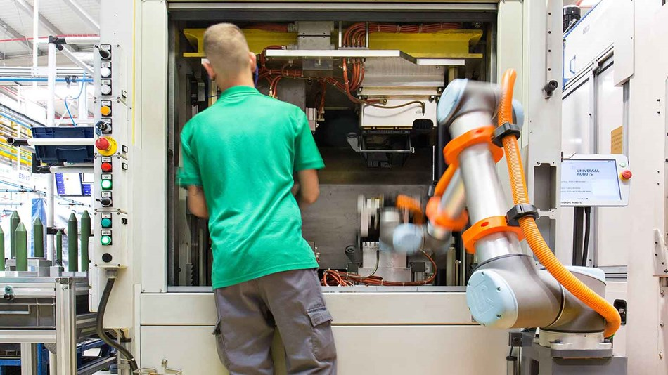 interative-collaboration-between-workers-and-robots-ur10-at-mannplushummel